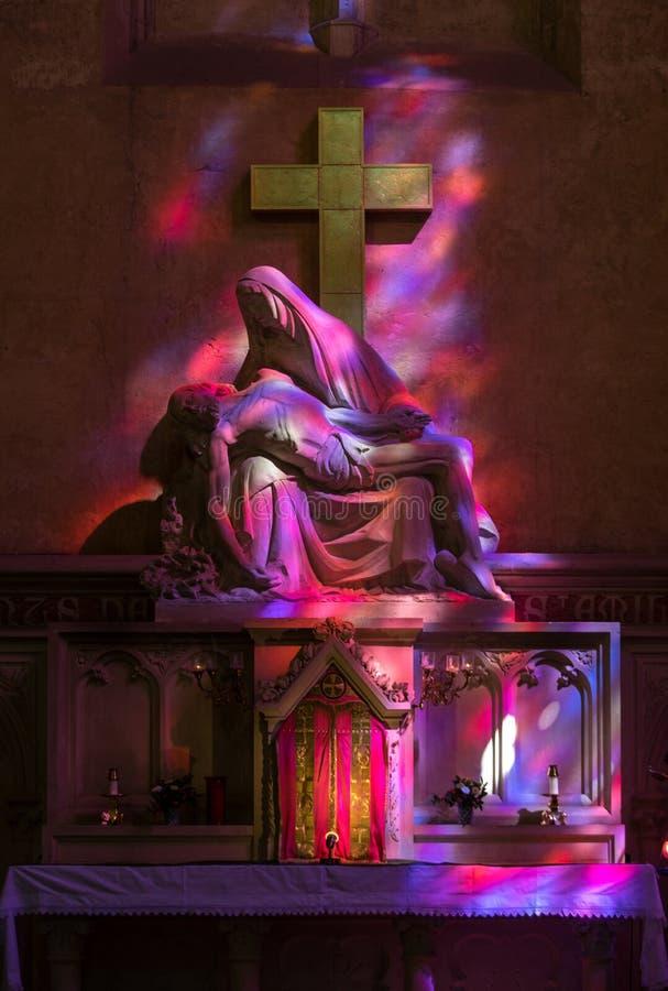 在紫色和红符号参考颜色的圣母怜子图在酒的颜色在圣Emilion,法国Collegiale教会里  免版税库存照片
