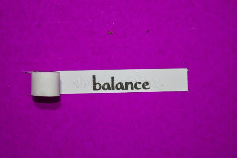 在紫色被撕毁的纸的平衡、启发、刺激和企业概念 免版税图库摄影