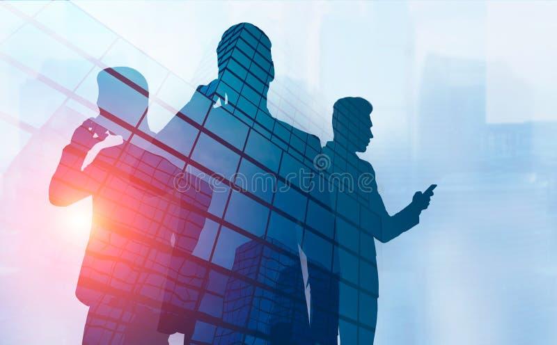 在电话的三个商人剪影在城市 皇族释放例证
