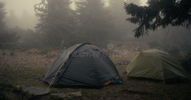 在落的湿雪下的两个球状帐篷在喀尔巴汗在秋天 库存照片