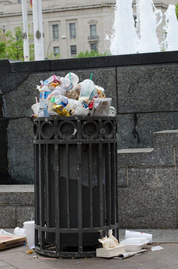 在街市DC边路的溢出的垃圾箱  垃圾的概念,干净,环境, 免版税库存照片