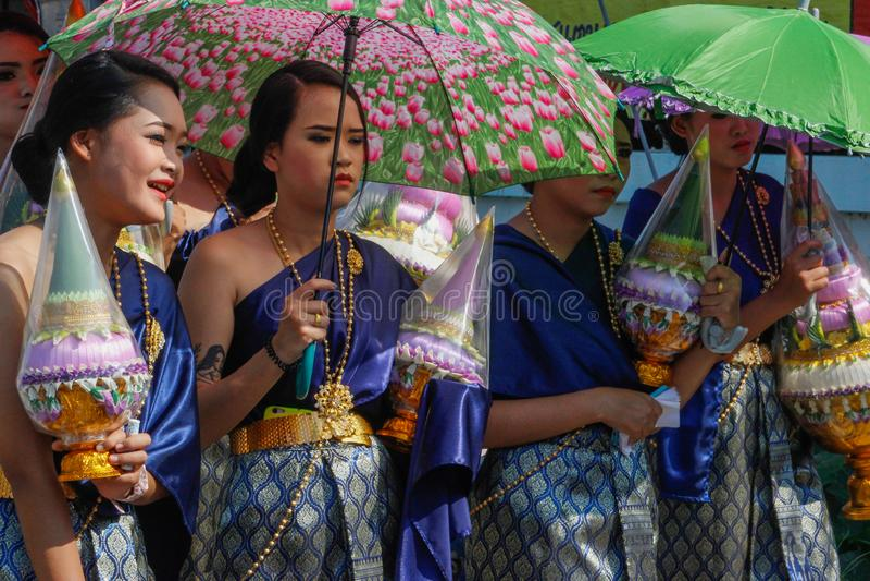 在街道上的婚礼 小组欢乐礼服的妇女在伞下 图库摄影