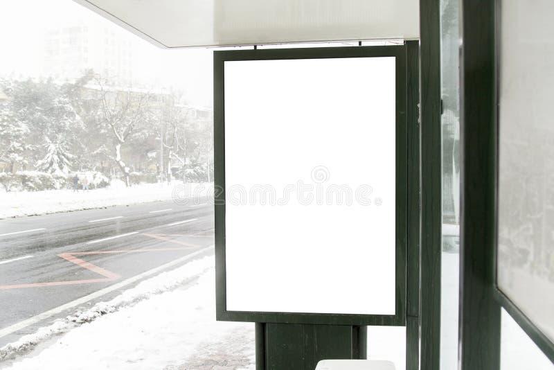 在街道上的广告牌在冬天 免版税库存照片