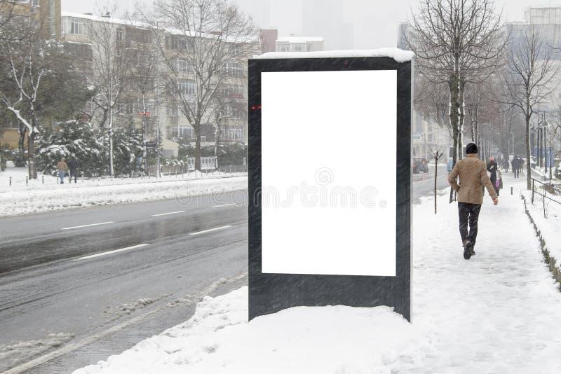 在街道上的广告牌在冬天 库存照片