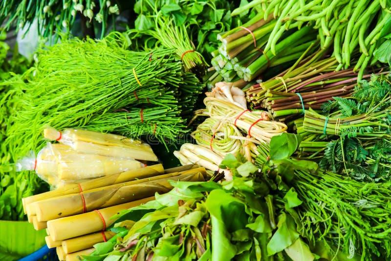 在街道食物的新鲜蔬菜在农村地方市场 免版税库存图片