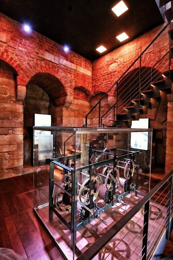 在被更新的塔内的老塔时钟机器 免版税库存照片