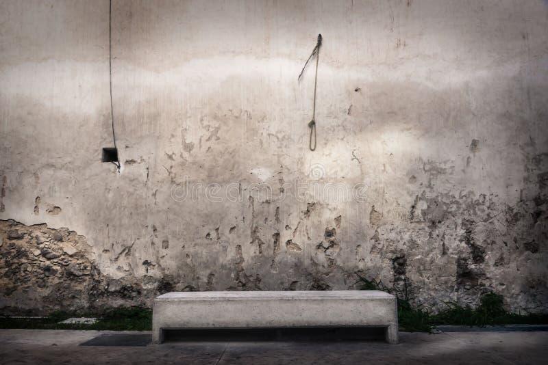 在被放弃的墙壁前面的长凳有执行绞刑的人结的垂悬在墙壁的,梅里达,墨西哥 库存照片