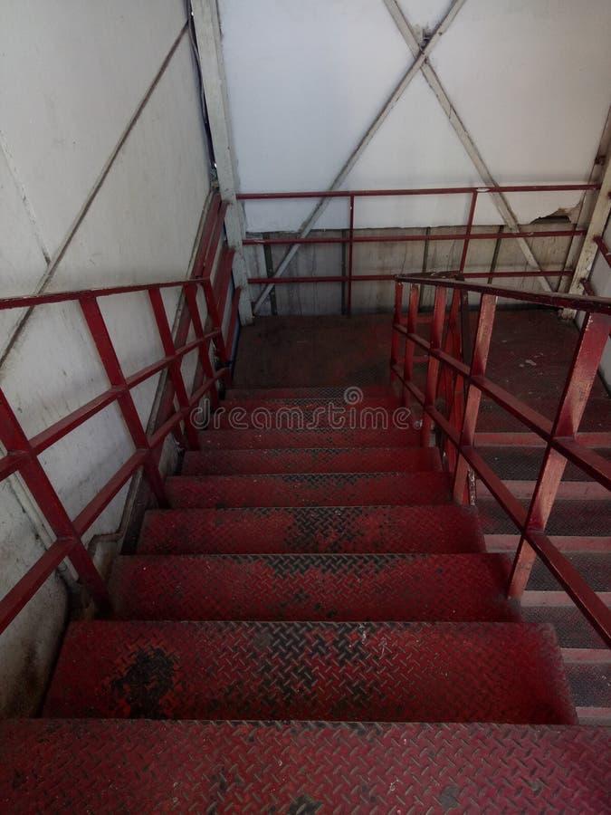 在被放弃的大厦的楼梯 免版税图库摄影