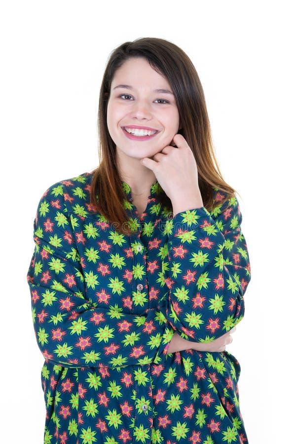 在被隔绝的白色背景的美丽的正大小年轻女人微笑与开放嘴快乐的微笑的 免版税库存图片