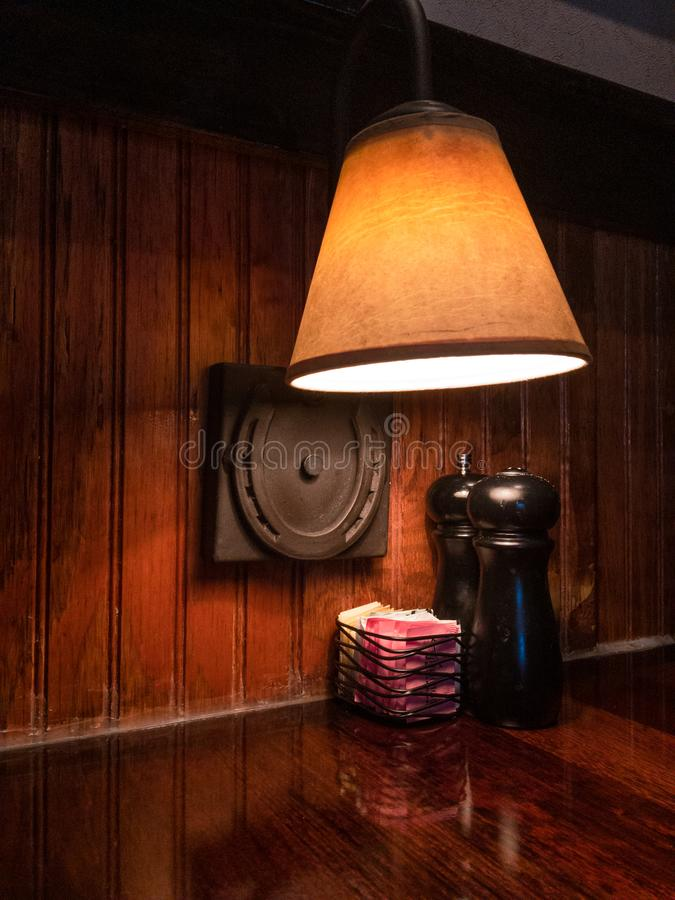 在被隔绝的设置的盐和胡椒罐 免版税库存照片