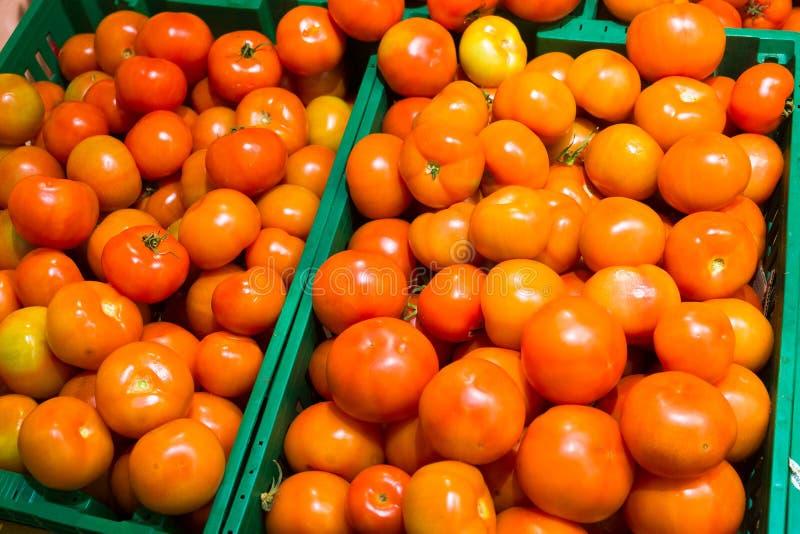 在超级市场柜台的水多的成熟红色蕃茄 特写镜头,宏指令,背景 库存照片