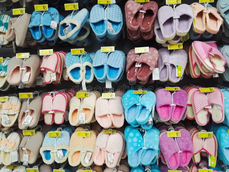 在超级市场架子的拖鞋待售 图库摄影