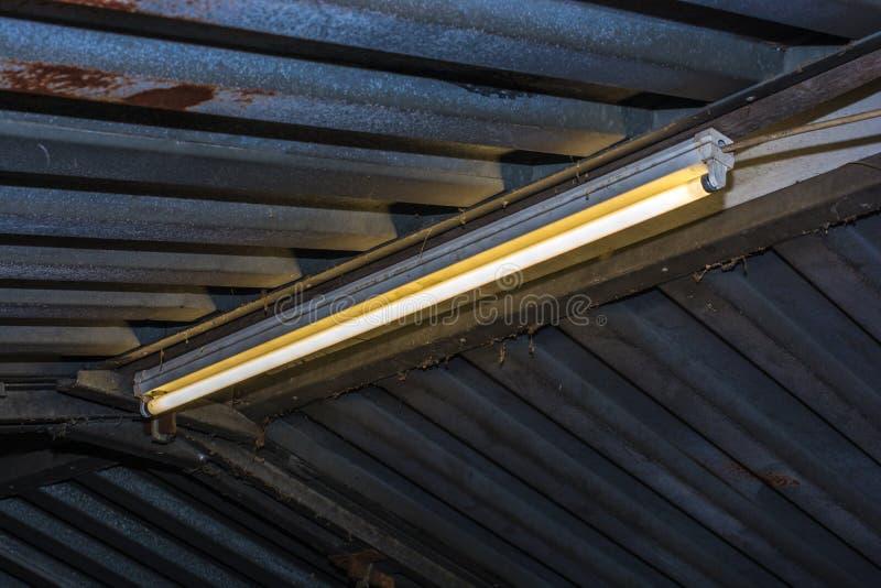 在车库的荧光灯管 免版税库存图片
