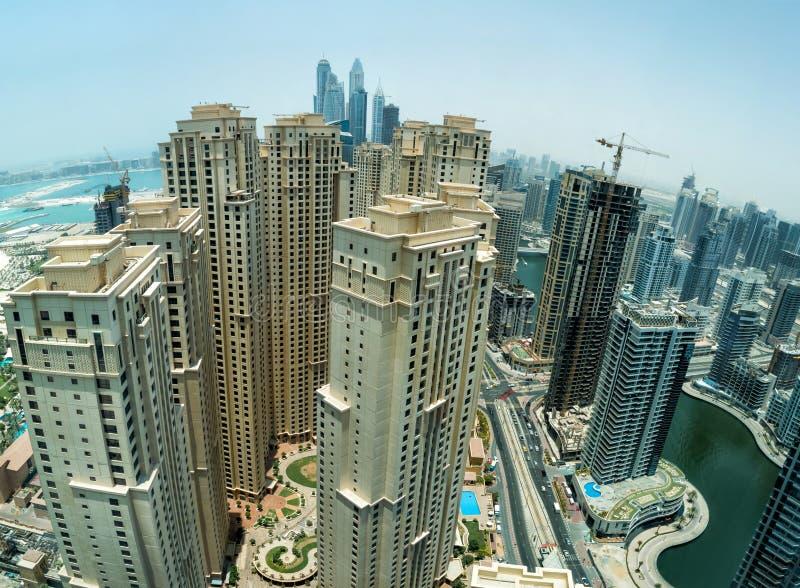 在迪拜小游艇船坞摩天大楼的看法 库存照片