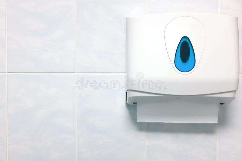 在花岗岩墙壁上的软的焦点毛巾纸分配器在卫生间里 免版税图库摄影