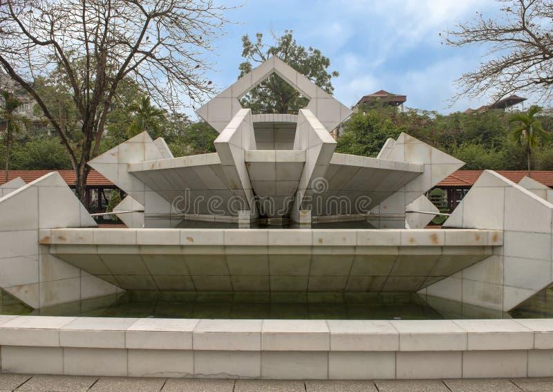 在胡志明博物馆附近的大白色石喷泉,河内,越南 免版税库存图片