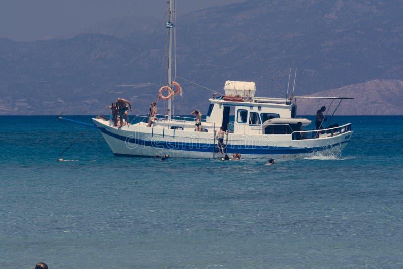 在船锚,潜航的人们,克利特希腊的小船 图库摄影