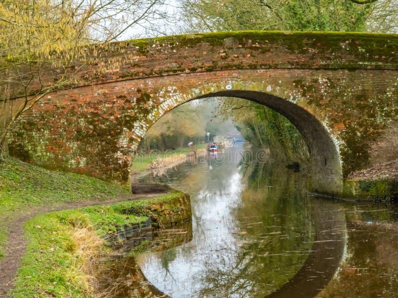 在肯尼特和Avon运河威尔特郡英国的桥梁在冬天 免版税图库摄影