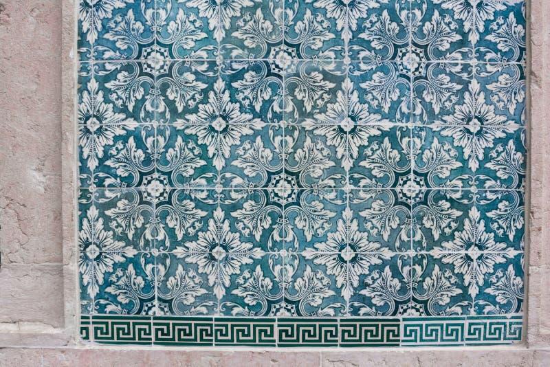 在蓝绿色的华丽明亮地色的portugese瓦片纹理和白色 免版税图库摄影