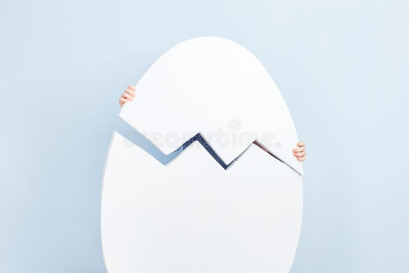 在蓝色墙壁背景的大白色开裂的鸡蛋  免版税库存图片