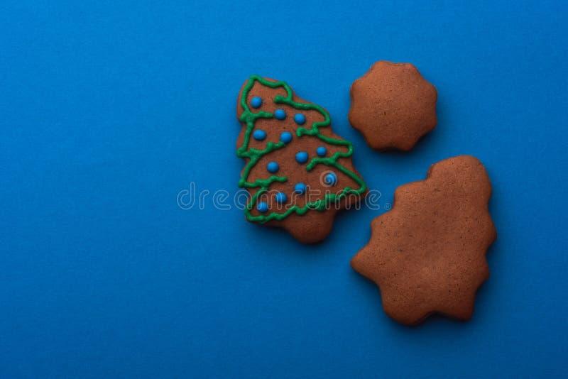 在蓝色背景的圣诞节姜饼 库存图片