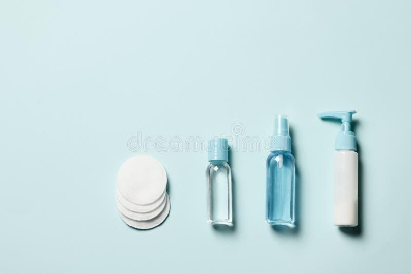 在蓝色背景的化妆用品 免版税图库摄影