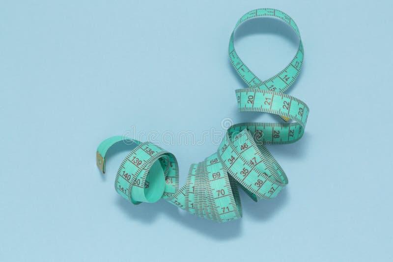 在蓝色背景的测量的磁带 选择聚焦 概念饮食 免版税图库摄影
