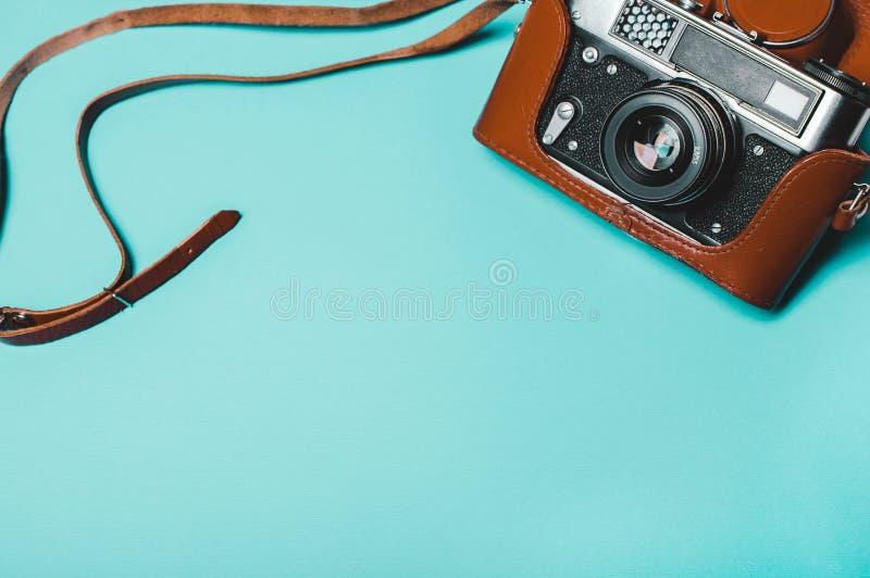 在蓝色背景的葡萄酒老照片照相机 免版税库存图片