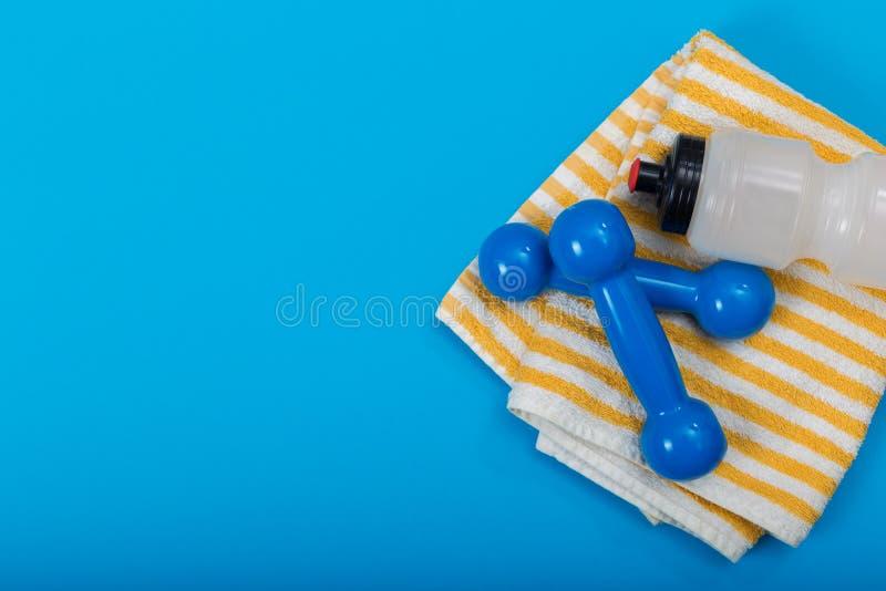 在蓝色背景,顶视图的运动器材 概念健康生活方式、体育和饮食 免版税图库摄影