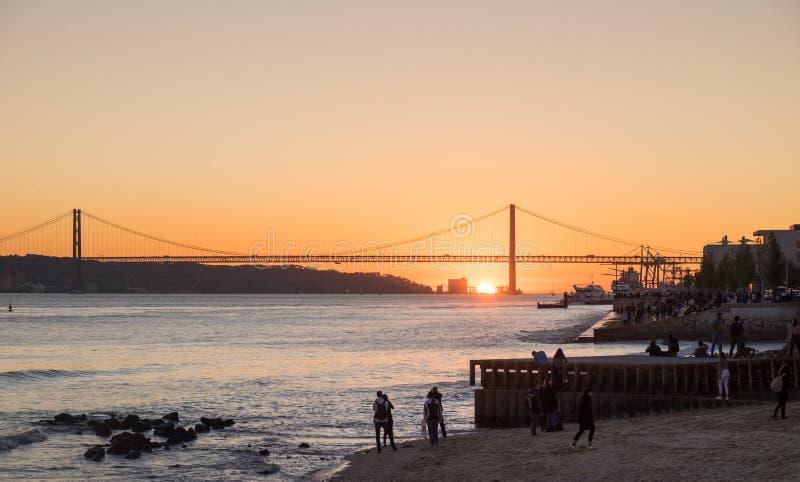 在蓬特25 de阿布利尔Bridge的令人惊讶的日落,(第25 4月桥梁)在里斯本 葡萄牙 库存图片