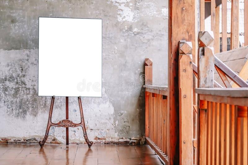 在老墙壁,模板嘲笑的白色空白的海报为您的内容 对产品显示和广告和增进目的 免版税库存图片