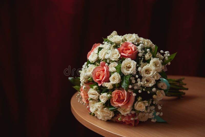 在老和典雅的桌上的新娘花束 免版税库存照片
