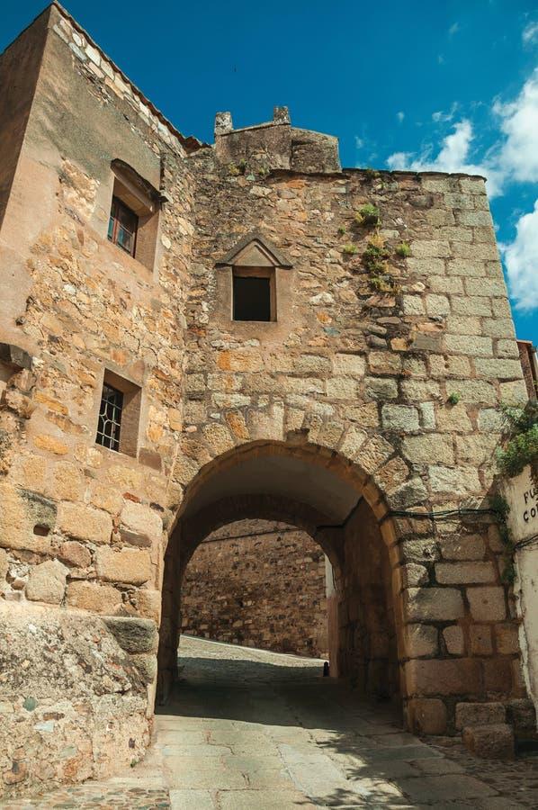 在老石大厦下的曲拱段落在卡塞里斯 免版税库存图片