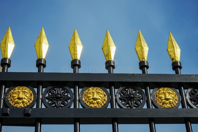 在老wrought-iron篱芭的镀金的峰顶 免版税图库摄影