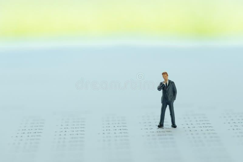 在财务报告的微型商人身分以购买和销售的数量使用作为投资,销售事务或者认为 库存照片