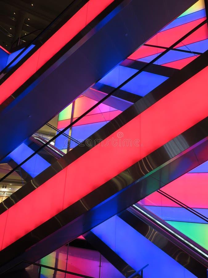 在购物中心的多彩多姿的自动扶梯 免版税库存照片