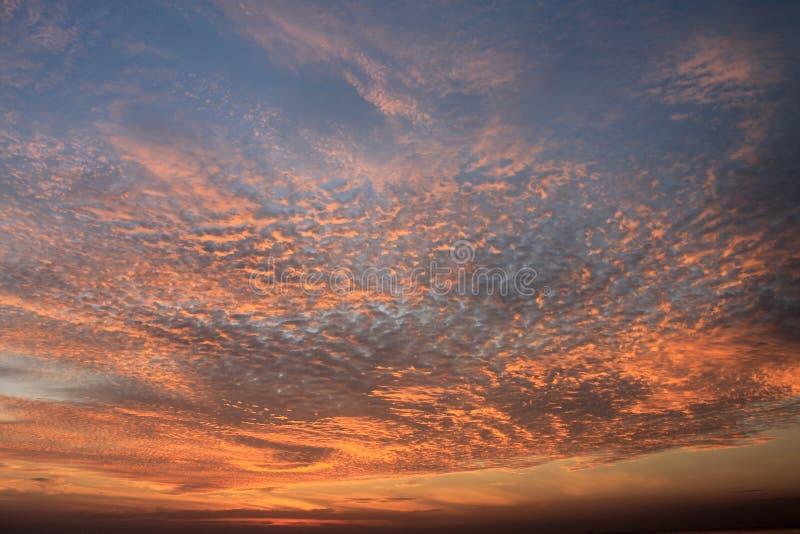 在风平浪静的美好的五颜六色的日落 图库摄影