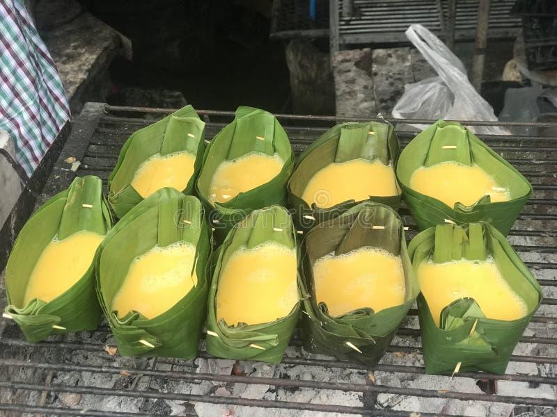 在香蕉叶子杯的煮熟的鸡蛋在木炭火炉 图库摄影
