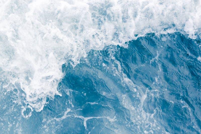 在高夏天浪潮,抽象海洋背景期间的淡蓝的海波浪 免版税库存照片
