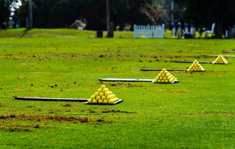 在高尔夫球场的球为实践指令 免版税库存图片