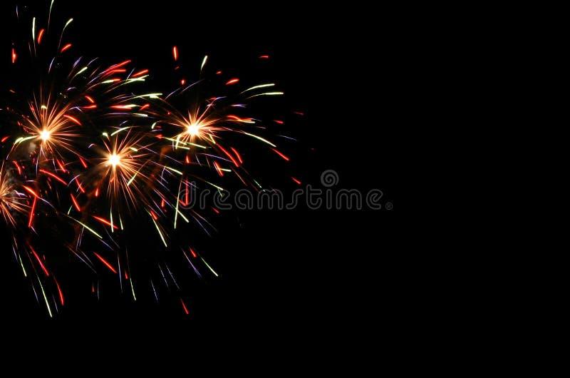 在黑天空的欢乐五颜六色的烟花 免版税库存图片