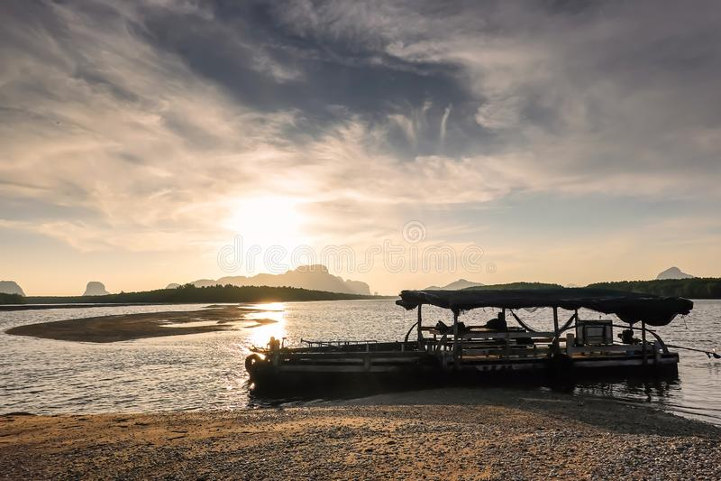 在黑海和山的美好的燃烧的日出风景在与令人敬畏的太阳金黄反射的橙色天空上在风平浪静 免版税库存照片