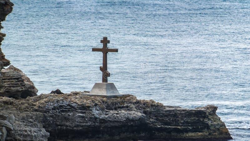 在黑海的岩石岸登上的正统十字架在塞瓦斯托波尔附近在克里米亚 库存照片