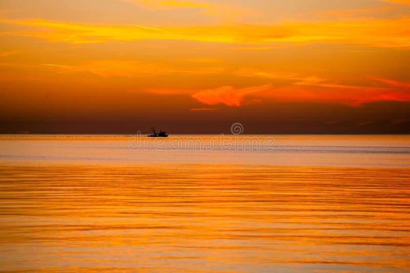 在黑海的围网渔船,美好的日落,波季,乔治亚 库存照片