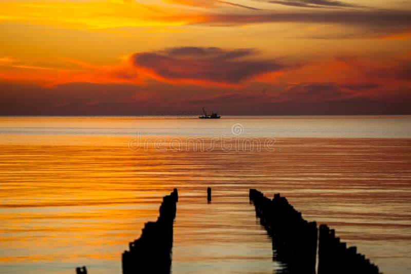 在黑海的围网渔船,美好的日落,波季,乔治亚 免版税库存照片