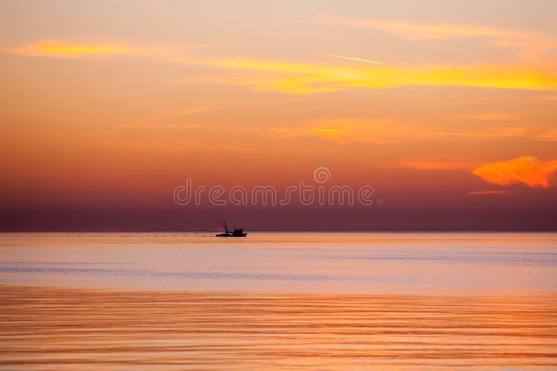 在黑海的围网渔船,美好的日落,波季,乔治亚 免版税库存图片