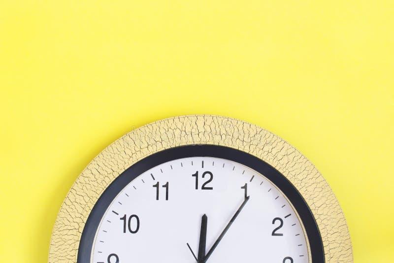在黄色背景的时钟 复制空间 免版税库存图片