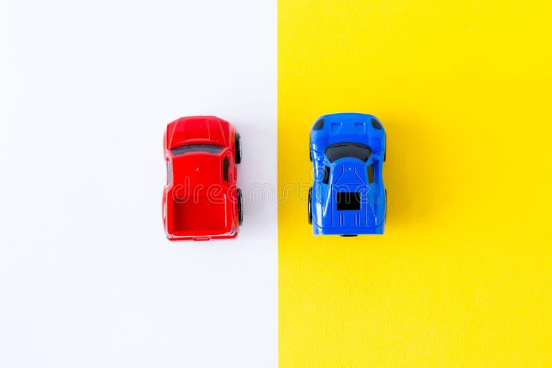 在黄色背景顶视图的微型玩具汽车 汽车和运输概念 免版税库存图片