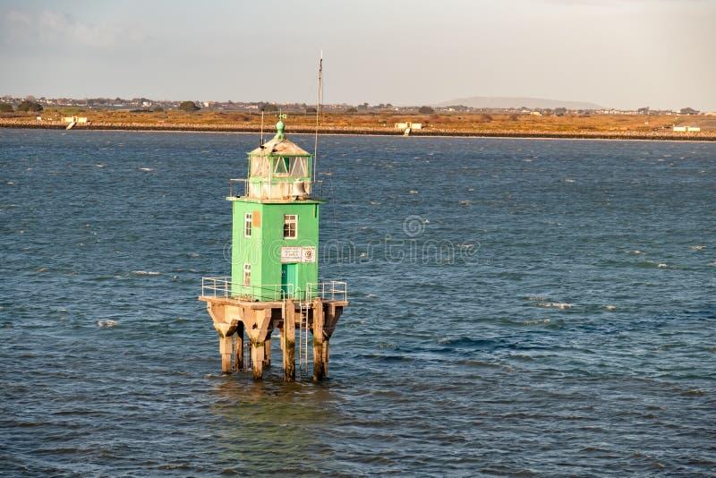 在都伯林港口的绿色浮体塔灯塔 免版税图库摄影