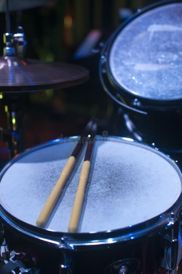 在阶段光下的鼓成套工具 库存图片